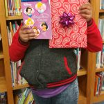 Celebrando la temporada de donaciones con la gente del libro