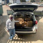 Voluntario que reparte libros